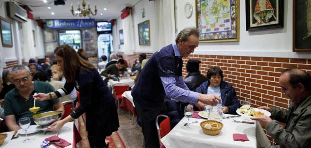 restaurant-serves-free-dinner-for-homeless-people-in-madrid